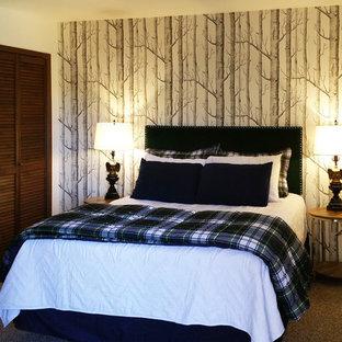 Modelo de dormitorio principal, rural, pequeño, sin chimenea, con paredes blancas y moqueta
