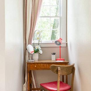Modelo de habitación de invitados tradicional renovada, de tamaño medio, con paredes beige, suelo de madera en tonos medios y suelo naranja