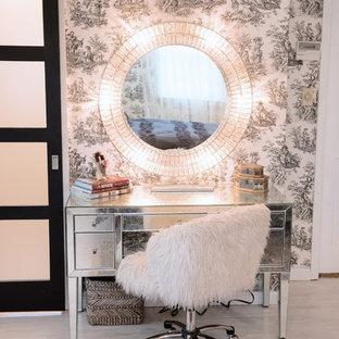 Cette photo montre une chambre asiatique de taille moyenne avec un mur rose, un sol en bois peint et un sol blanc.