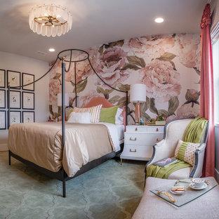 Ejemplo de habitación de invitados bohemia, grande, con paredes multicolor, moqueta y suelo verde