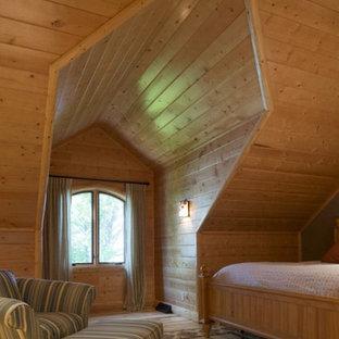 На фото: с высоким бюджетом большие спальни в стиле рустика с коричневыми стенами