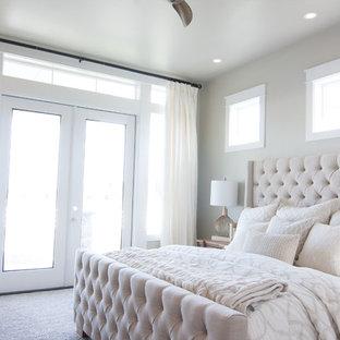 Immagine di una camera matrimoniale stile americano di medie dimensioni con pareti grigie, moquette e nessun camino