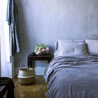 Diseño de dormitorio principal, de estilo de casa de campo, pequeño, con paredes grises, suelo marrón y suelo de madera en tonos medios