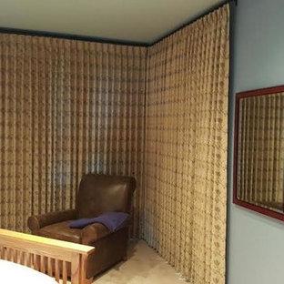 Imagen de dormitorio principal, tradicional, grande, sin chimenea, con paredes azules, suelo de piedra caliza y suelo beige
