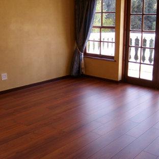 Ispirazione per una camera da letto classica con pareti gialle, pavimento in legno massello medio e camino lineare Ribbon
