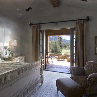 Mittelgroßes Landhausstil Hauptschlafzimmer mit grauer Wandfarbe, Teppichboden, Kamin, Kaminumrandung aus Beton und beigem Boden in Phoenix