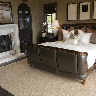 ミネアポリスの中サイズのコンテンポラリースタイルのおしゃれな主寝室 (茶色い壁、濃色無垢フローリング、標準型暖炉、漆喰の暖炉まわり、茶色い床)