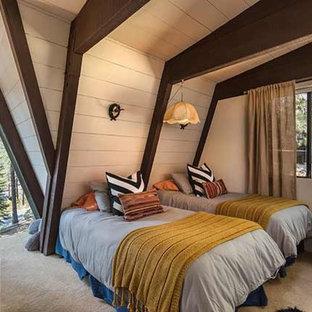 Idee per una camera degli ospiti eclettica di medie dimensioni con pareti beige, moquette e pavimento giallo