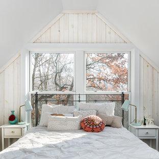 Exempel på ett lantligt gästrum, med vita väggar och mellanmörkt trägolv