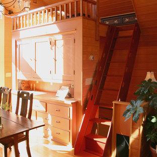 Imagen de dormitorio tipo loft, bohemio, pequeño, sin chimenea, con paredes marrones y suelo de madera clara