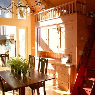 Diseño de dormitorio tipo loft, bohemio, pequeño, sin chimenea, con paredes marrones y suelo de madera clara