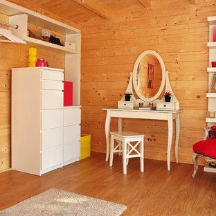 Modelo de habitación de invitados contemporánea, de tamaño medio, con suelo vinílico