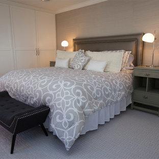 Diseño de dormitorio principal, contemporáneo, de tamaño medio, con paredes grises, moqueta y suelo violeta