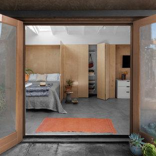 Foto de dormitorio principal, marinero, pequeño, con paredes blancas, suelo de cemento y suelo gris