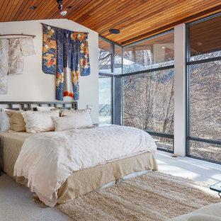 Idées déco pour une grand chambre asiatique avec un mur blanc et un sol blanc.