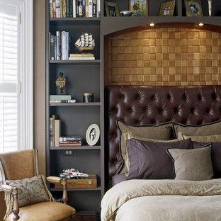 Idee per una camera matrimoniale vittoriana di medie dimensioni con pareti marroni, pavimento in legno massello medio, nessun camino e pavimento marrone