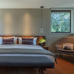 На фото: класса люкс большие хозяйские спальни в стиле ретро с серыми стенами, паркетным полом среднего тона и оранжевым полом