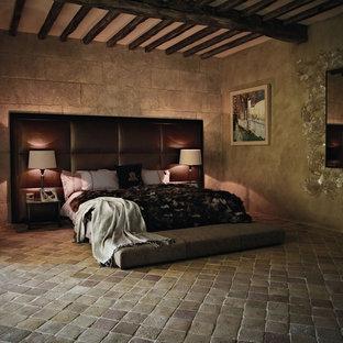 Idéer för medelhavsstil sovrum, med klinkergolv i terrakotta
