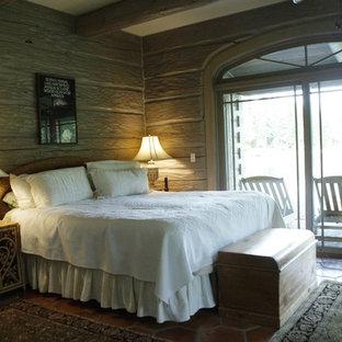 Inspiration för stora rustika huvudsovrum, med grå väggar och klinkergolv i terrakotta