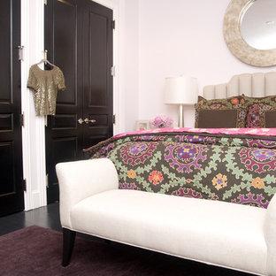 Foto di una camera da letto chic di medie dimensioni con pareti rosa, pavimento in legno verniciato e nessun camino