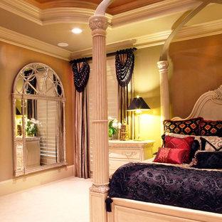Diseño de dormitorio principal, tradicional, grande, sin chimenea, con paredes marrones, moqueta y suelo blanco