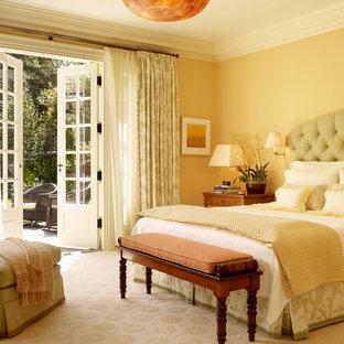 Inspiration för sovrum, med gula väggar, heltäckningsmatta och beiget golv