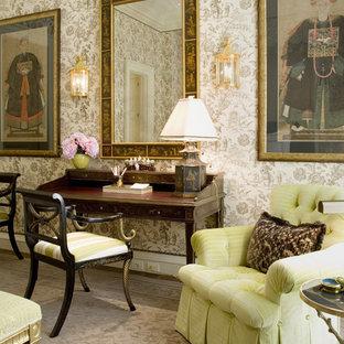 Imagen de dormitorio tradicional con paredes multicolor