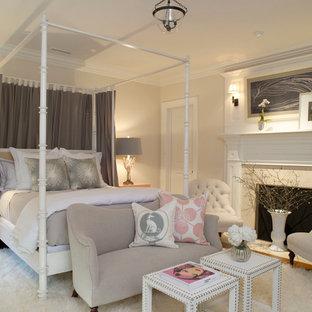 Ejemplo de habitación de invitados tradicional renovada, de tamaño medio, con paredes beige, chimenea tradicional, moqueta, marco de chimenea de piedra y suelo blanco