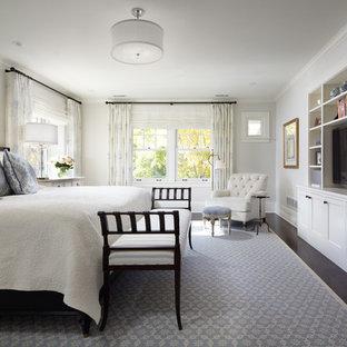 Diseño de dormitorio tradicional, sin chimenea, con paredes blancas y suelo de madera oscura