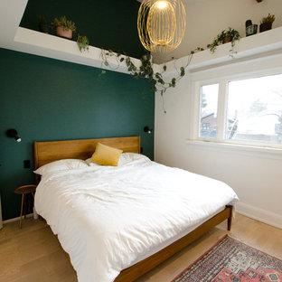 トロントの中サイズのコンテンポラリースタイルのおしゃれな主寝室 (緑の壁、淡色無垢フローリング、ベージュの床)