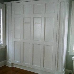 Ejemplo de habitación de invitados clásica, pequeña, con paredes verdes y suelo de madera clara