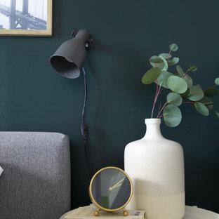 Diseño de dormitorio principal, ecléctico, pequeño, con paredes verdes, suelo laminado y suelo marrón