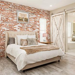 Modelo de dormitorio principal, campestre, de tamaño medio, sin chimenea, con paredes grises y suelo de madera clara