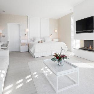 Неиссякаемый источник вдохновения для домашнего уюта: большая гостевая спальня в современном стиле с фиолетовыми стенами, светлым паркетным полом, фасадом камина из штукатурки и белым полом