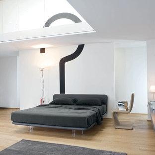 Modelo de dormitorio principal, minimalista, grande, con paredes blancas, suelo de madera en tonos medios y suelo amarillo