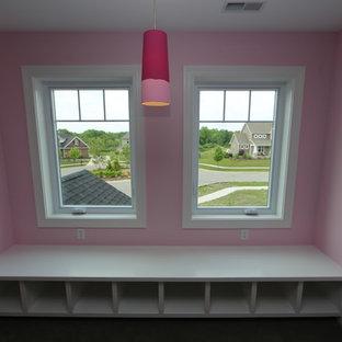 Esempio di una grande camera degli ospiti american style con pareti rosa, moquette e pavimento marrone