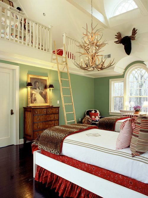 chambre avec un sol en bois fonc et un mur vert photos et id es d co de chambres. Black Bedroom Furniture Sets. Home Design Ideas