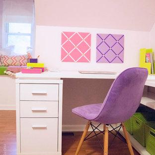 ローリーの小さいコンテンポラリースタイルのおしゃれな寝室 (紫の壁、淡色無垢フローリング、暖炉なし)
