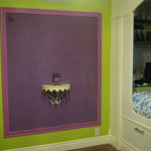 Imagen de dormitorio bohemio con paredes verdes y suelo de madera en tonos medios