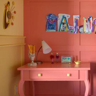 Diseño de habitación de invitados tradicional renovada, de tamaño medio, sin chimenea, con paredes rosas