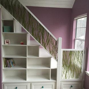 Modelo de dormitorio tipo loft, tradicional, de tamaño medio, con paredes púrpuras