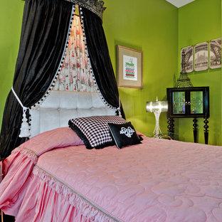Modelo de habitación de invitados bohemia, pequeña, con paredes verdes y suelo de madera en tonos medios