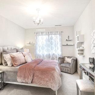 Immagine di una piccola camera degli ospiti shabby-chic style con pareti beige e moquette