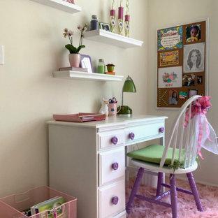 Ejemplo de dormitorio minimalista, pequeño, con paredes beige, moqueta y suelo rosa