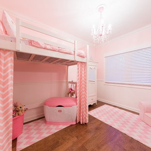 Mittelgroßes Klassisches Gästezimmer mit rosa Wandfarbe, braunem Holzboden und braunem Boden in Philadelphia