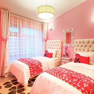 Idee per una grande camera da letto design con pareti rosa, pavimento con piastrelle in ceramica e pavimento grigio