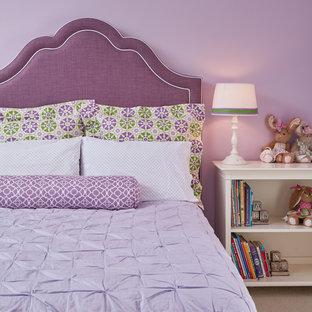 Ispirazione per una camera degli ospiti classica di medie dimensioni con pareti viola, moquette e nessun camino