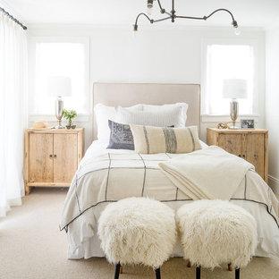 オレンジカウンティのビーチスタイルのおしゃれな寝室 (白い壁、カーペット敷き、暖炉なし、ベージュの床) のレイアウト