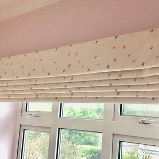 Diseño de dormitorio minimalista, de tamaño medio, con paredes rosas