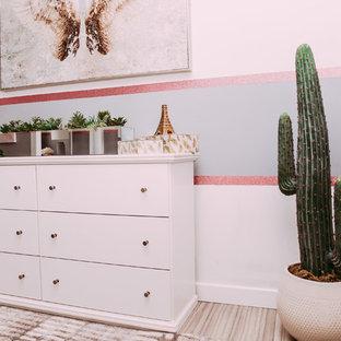 Ejemplo de habitación de invitados tradicional renovada, pequeña, con paredes grises y suelo laminado